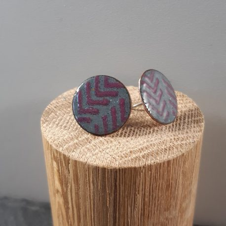 Contemporary patterned earrings with a chevron pattern in a round 18mm ear stud. Complimentary colours of mid grey and raspberry pink give these earrings a modern everyday look. The earrings have a sterling silver post and scroll.