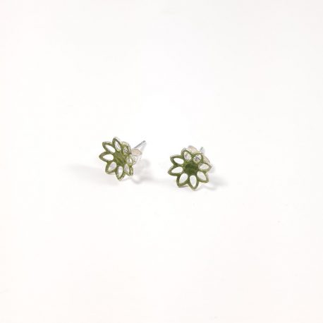 Little summery flower stud earring. The flower shape has been enamelled with a sharp peridot green transparent enamel. Beautiful light everyday stud earring.